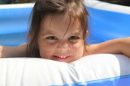Ab welcher Temperatur darf ein Baby im Pool bzw. Planschbecken baden und was gilt es grundsätzlich zu beachten?